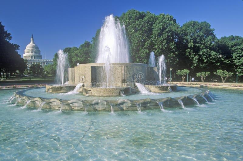Het Capitool van Verenigde Staten en fontein, Washington, gelijkstroom stock foto's