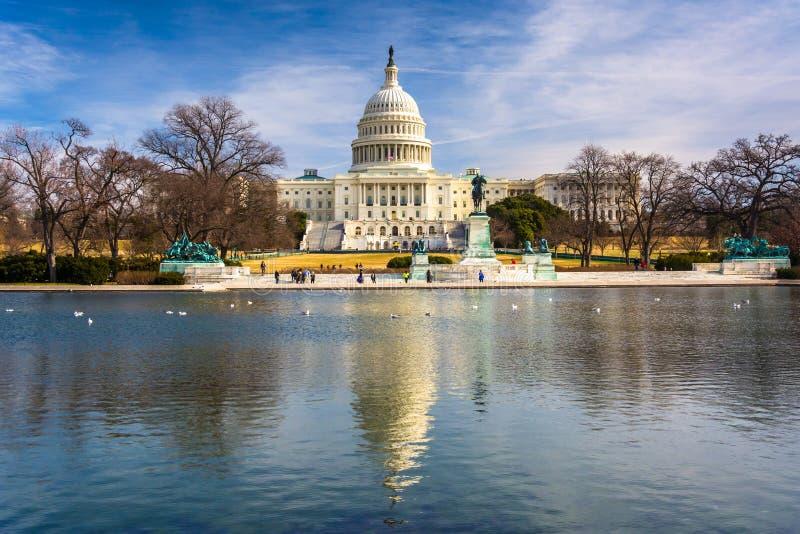 Het Capitool van Verenigde Staten en het wijzen van op pool in Washington, gelijkstroom royalty-vrije stock fotografie