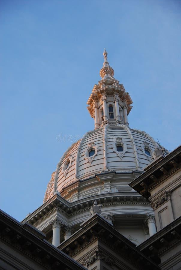 Het Capitoolkoepel van de Staat van Michigan in Dawn stock foto