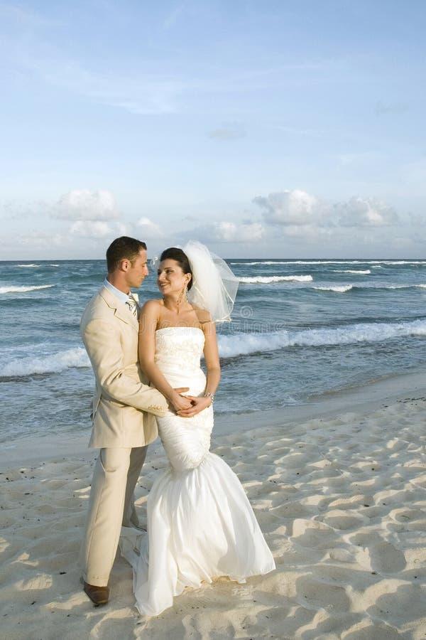 Het Caraïbische Huwelijk van het Strand - Brid stock foto
