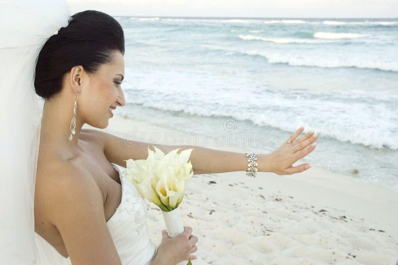 Het Caraïbische Huwelijk van het Strand - Bruid met Boeket royalty-vrije stock afbeelding