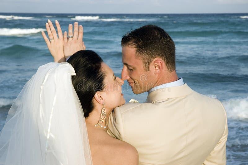Het Caraïbische Huwelijk van het Strand - de Ringen stock foto's