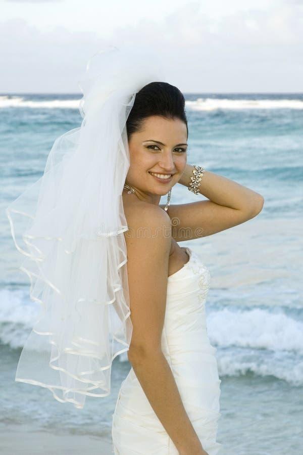 Het Caraïbische Huwelijk van het Strand - het Stellen van de Bruid stock foto
