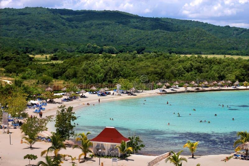 Het Caraïbische strand van de toeristentoevlucht royalty-vrije stock foto