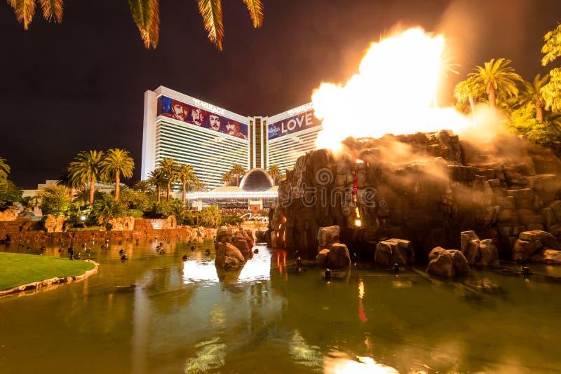 Het Casino en Volcano Eruption Show van het luchtspiegelinghotel bij Nacht - Las Vegas, Nevada, de V.S. stock fotografie