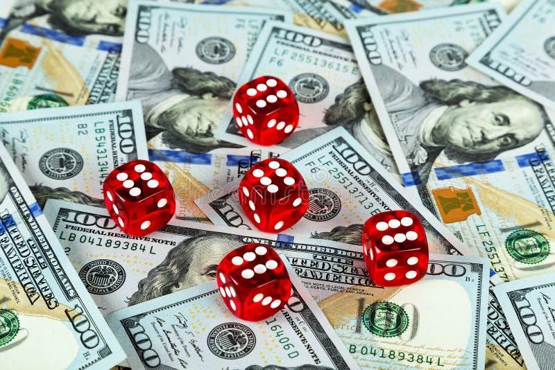 Het casinorood dobbelt de achtergrond van Amerikaanse dollarrekeningen stock fotografie