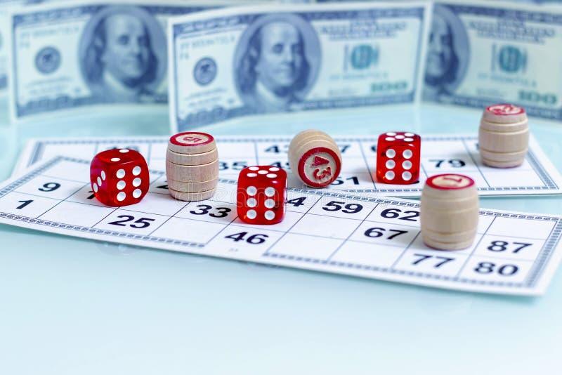 Het casinorood dobbelt op de achtergrond van de speeltafelamerikaanse dollar royalty-vrije stock fotografie