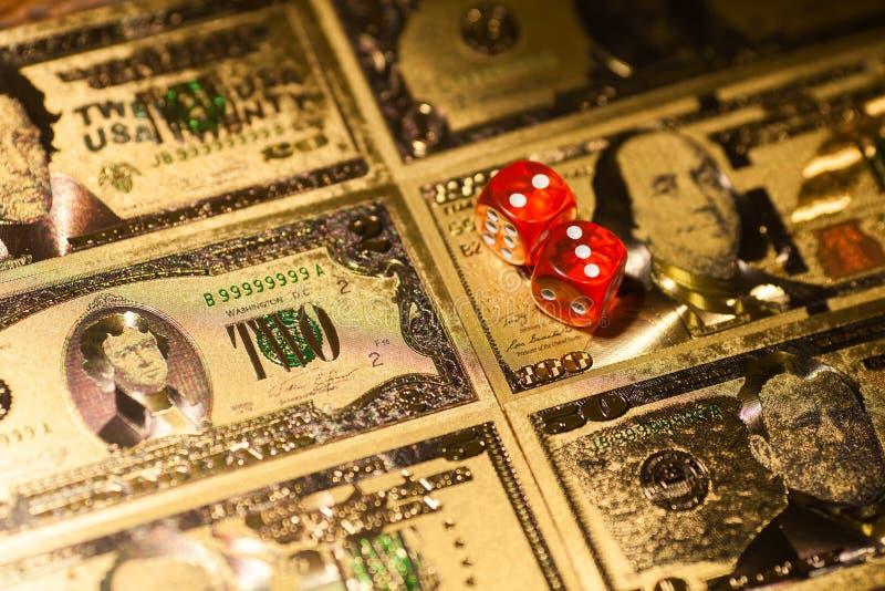 Het casinorood dobbelt op de rekeningenachtergrond van de speeltafelamerikaanse dollar royalty-vrije stock fotografie