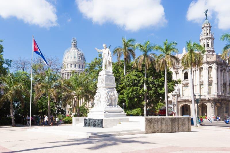 Het Central Park van Havana met het Capitool op de achtergrond royalty-vrije stock afbeeldingen