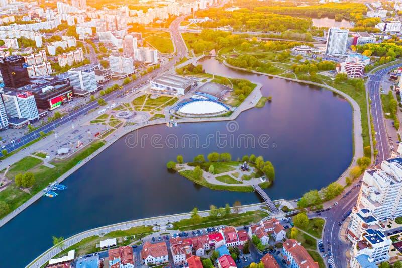 Het centrale die deel van Minsk met heldere zonstralen wordt aangestoken, luchtlandschap Hoofd van de binnenstad, Wit-Rusland royalty-vrije stock afbeelding