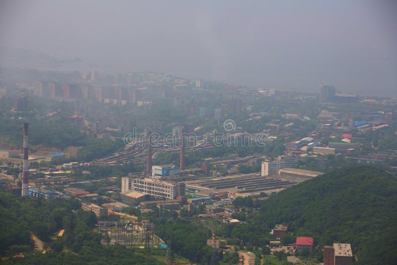 Het centrale die deel van Vladivostok, uit een hoogte wordt genomen stock foto's