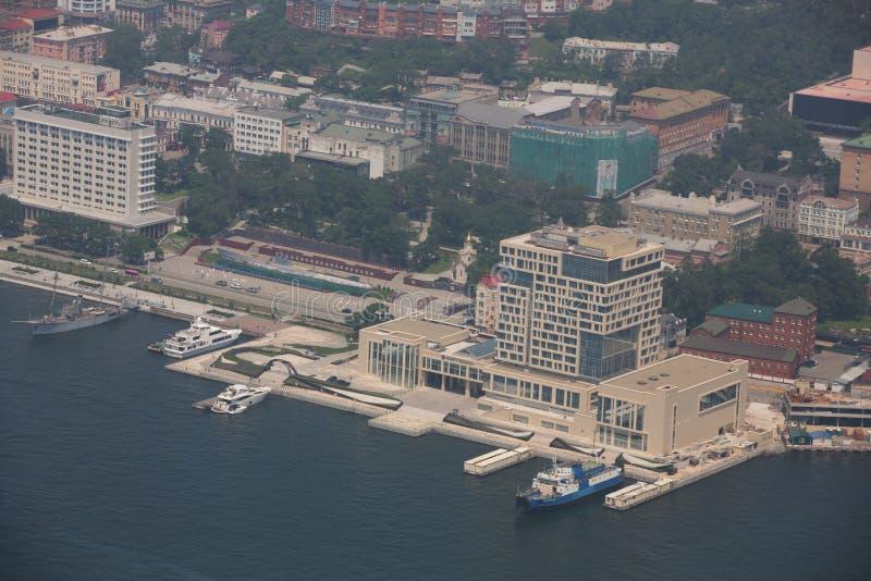 Het centrale die deel van Vladivostok, uit een hoogte wordt genomen stock afbeeldingen