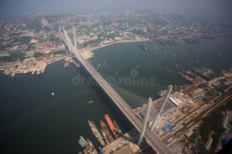 Het centrale die deel van Vladivostok, uit een hoogte wordt genomen royalty-vrije stock afbeelding