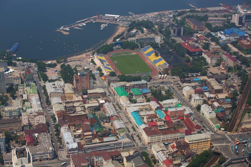 Het centrale die deel van Vladivostok, uit een hoogte wordt genomen stock afbeelding