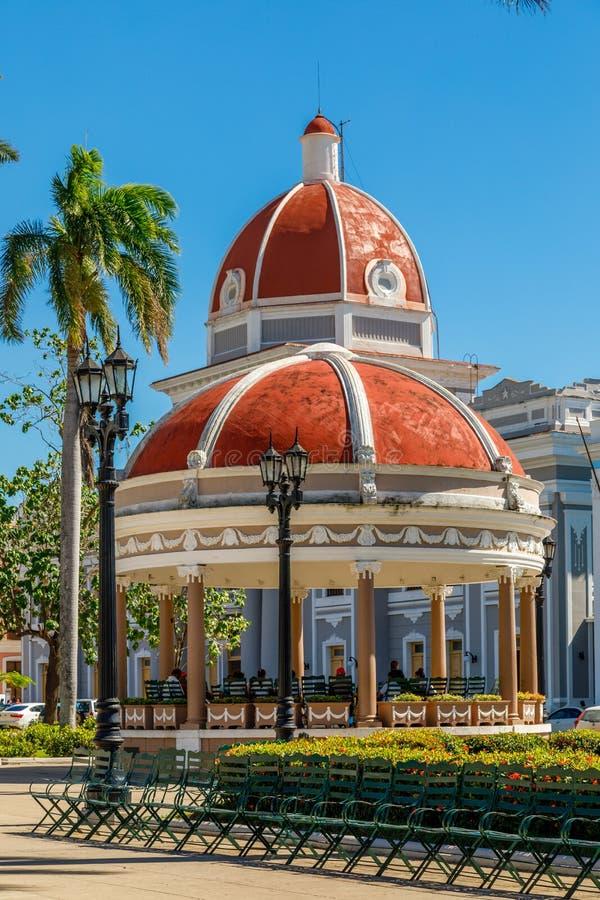 Het centrale park van Cienfuegosjose marti met palmen en historische bui stock fotografie