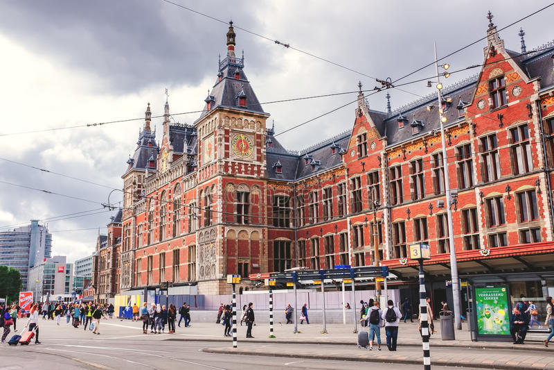 Het Centrale station in Amsterdam de oudste post in Nederland stock fotografie