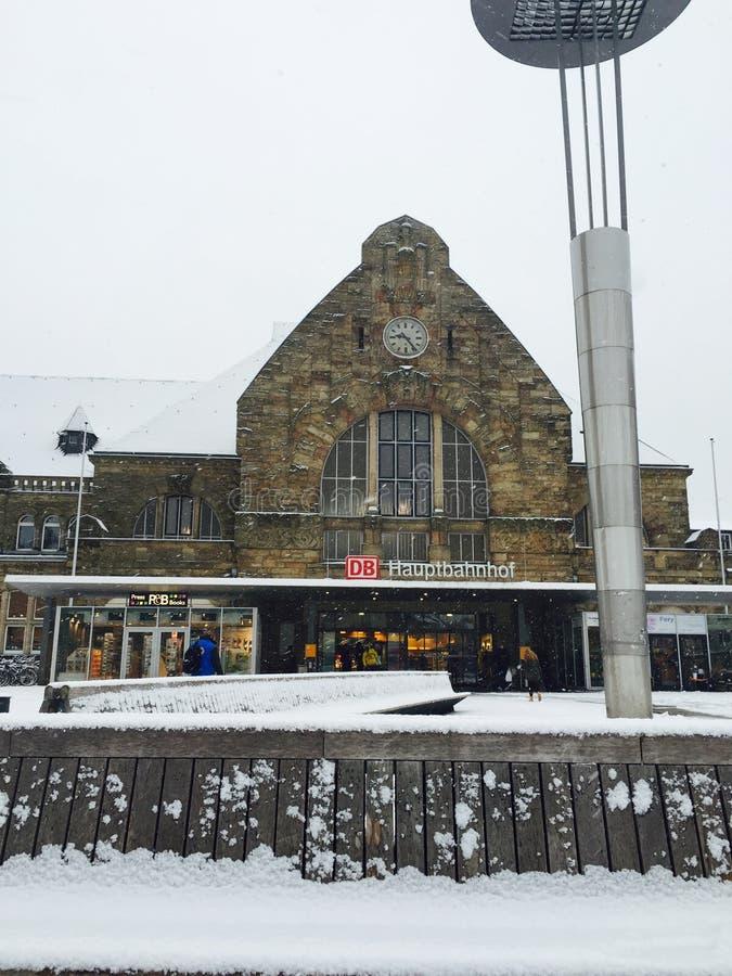 Het centrale station van Aken na Sneeuw stock fotografie