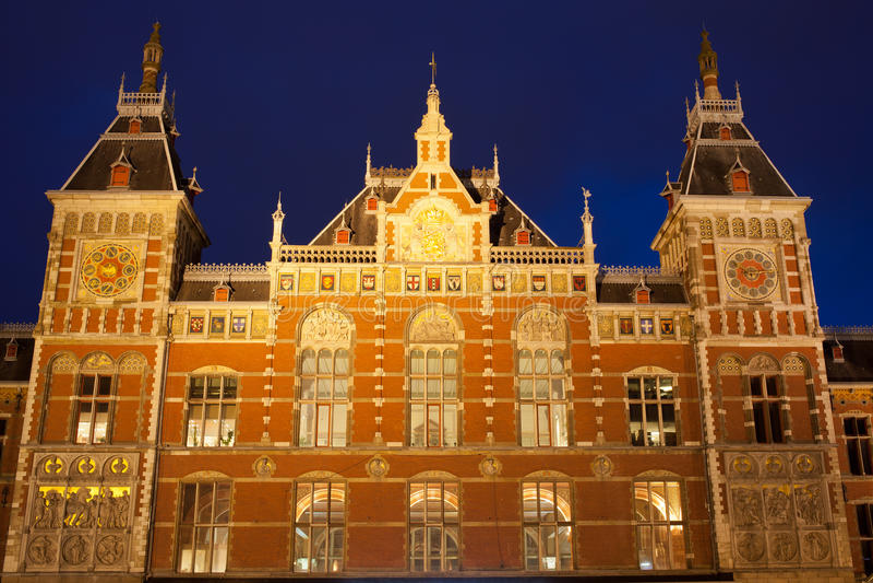 Het Centrale Station van Amsterdam bij Nacht stock foto