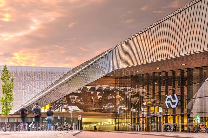 Het centrale station van Rotterdam, het westeningang en fietstunnel stock afbeeldingen