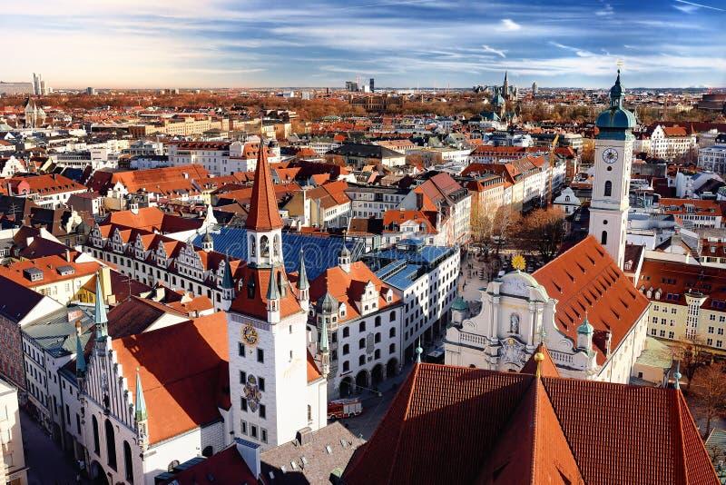 Het centrum panoramische cityscape van München mening met Oude Stadhuis en Heiliggeistkirche royalty-vrije stock foto