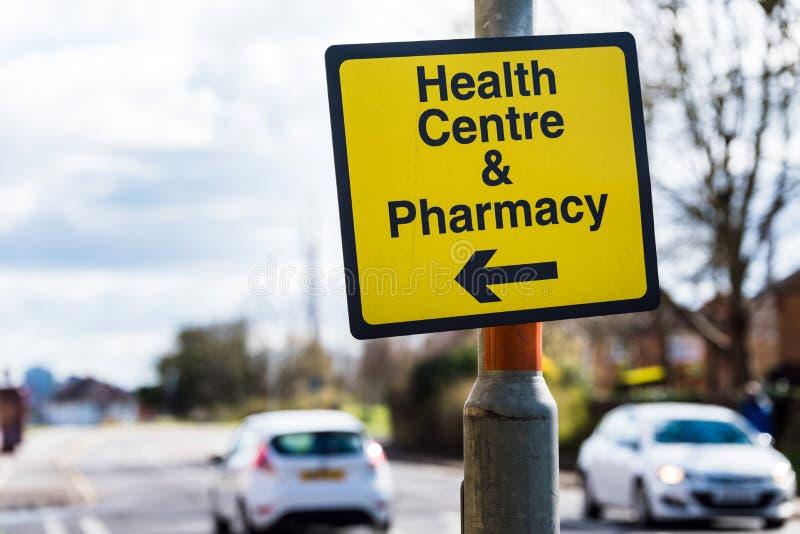 Het centrum richtingverkeersteken van de Farmacygezondheid op weg in het UK stock afbeelding