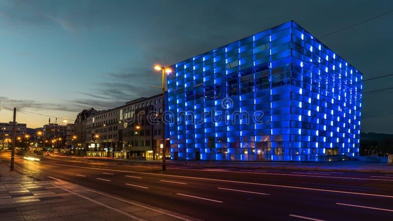 Het Centrum van ARS Electronica in blauw in Linz stock foto's