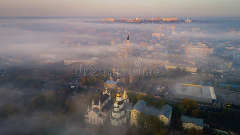 Het centrum van de Kharkivstad omvat met de mist Mistige ochtend in Kharkiv, de Oekraïne stock afbeelding