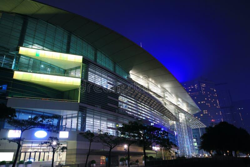 Het Centrum van de Overeenkomst en van de Tentoonstelling van Hongkong in nacht stock fotografie