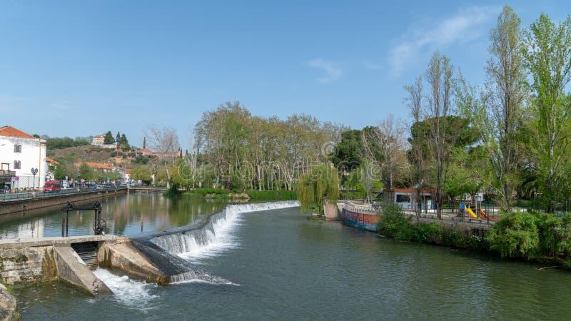 Het centrum van de Tomarstad met Nabao-rivier, Santarem-District in Portugal royalty-vrije stock foto