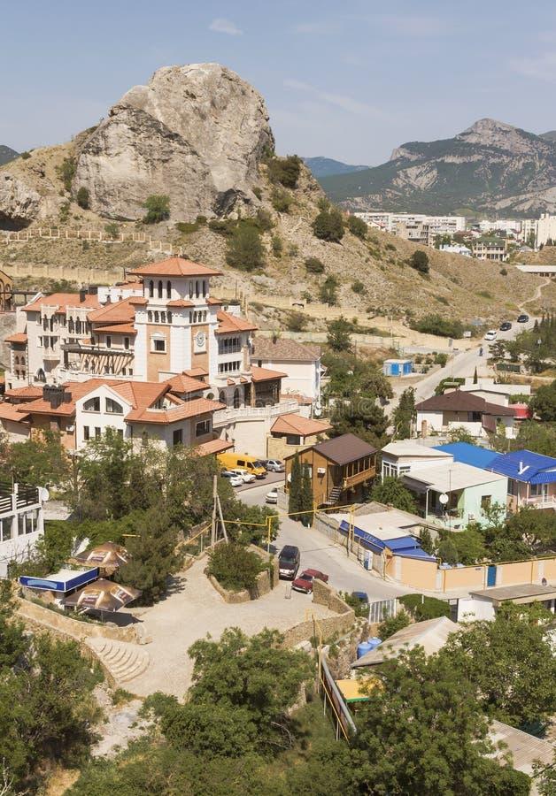 Het centrum van een kleine stad in de bergen op de kust van de Zwarte Zee stock fotografie