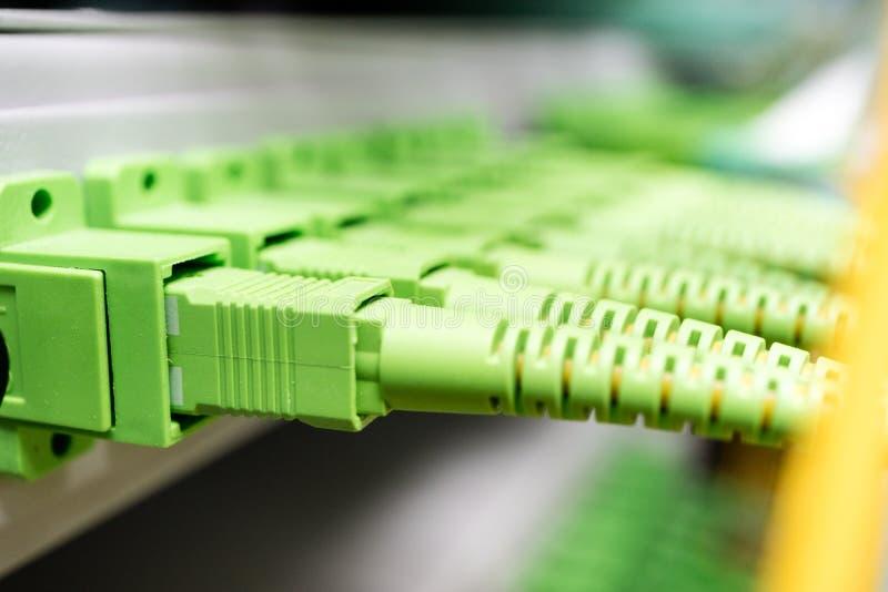 Het centrum van het technologienetwerk met koord van het vezel het optische flard en distributiepaneel royalty-vrije stock afbeelding