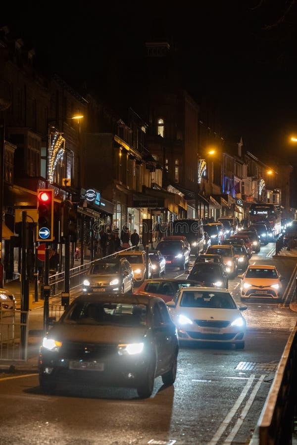 Het centrumverkeer van de spitsuurstad bij nacht stock foto's