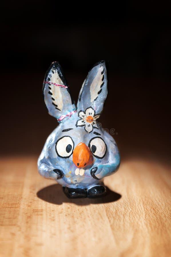 Het ceramische konijntje van het beeldhouwwerkbeeldje op een zwarte achtergrond stock foto's