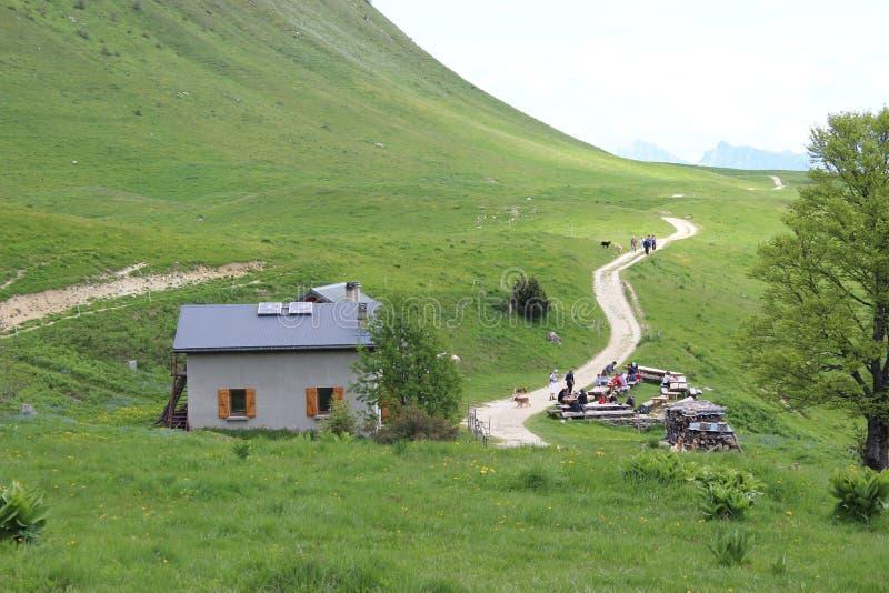 Het chalet van de berg met zonnepanelen stock foto