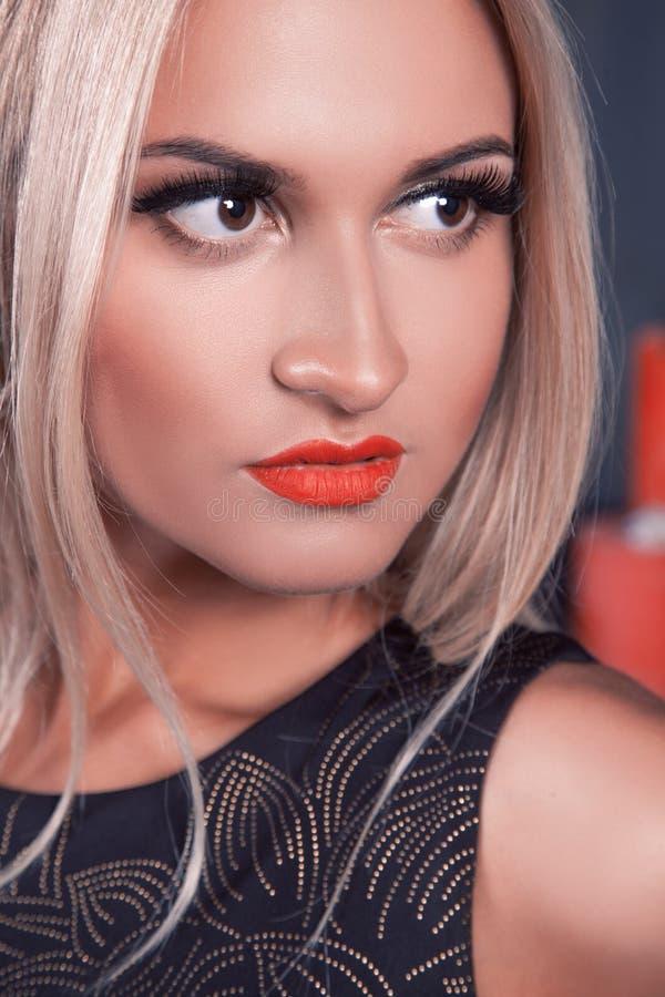 Het charmante blonde haarvrouw kijken weg in studio Professioneel m royalty-vrije stock fotografie
