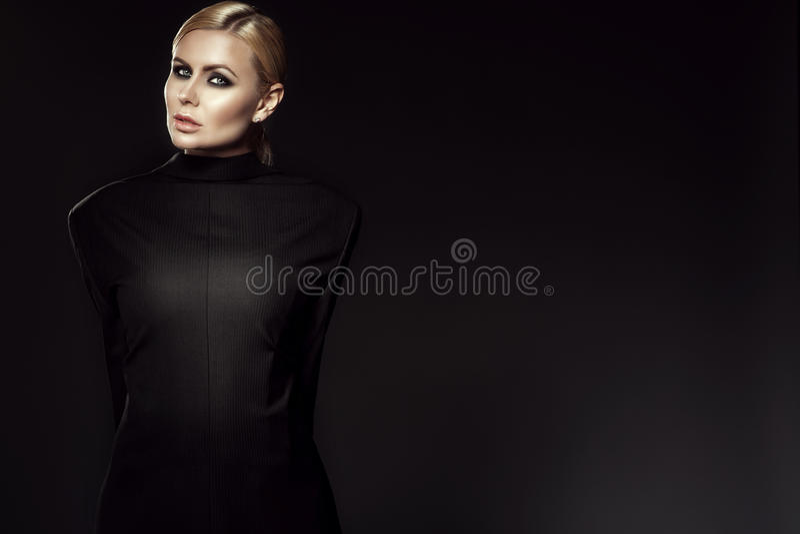Het charmante blonde model dragende mannelijke jasje terug naar voorzijde met haar wapens bond terug achter haar stock foto's