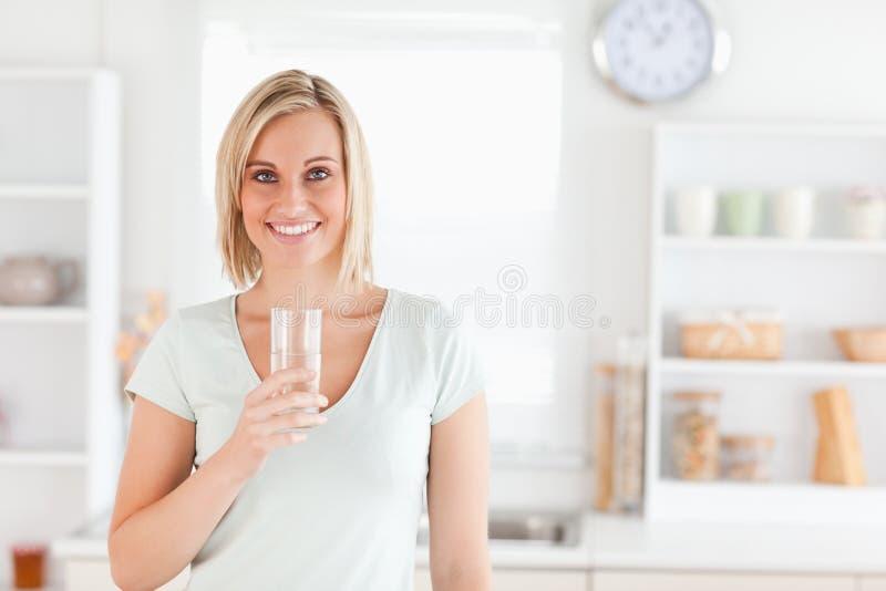 Het charmante gevulde glas van de vrouwenholding stock fotografie