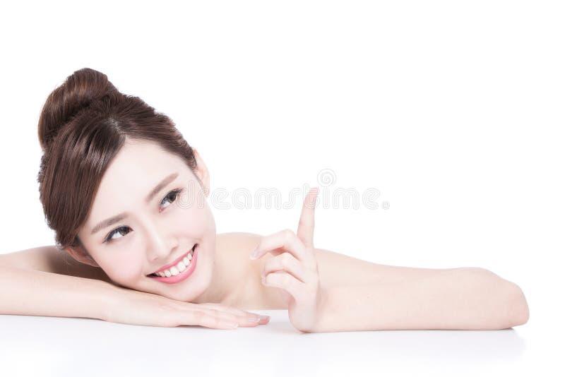 Het charmante gezicht van de vrouwenglimlach stock foto's