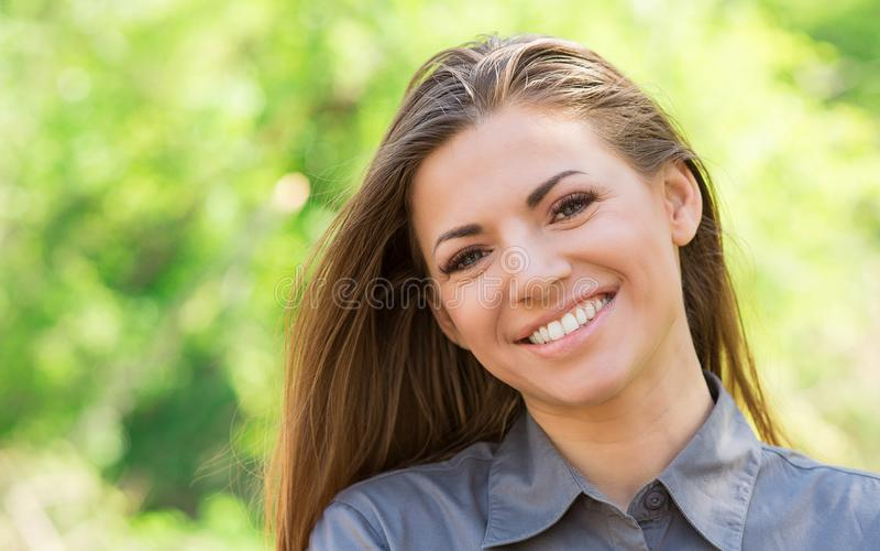 Het charmante jonge vrouw in openlucht glimlachen stock foto's