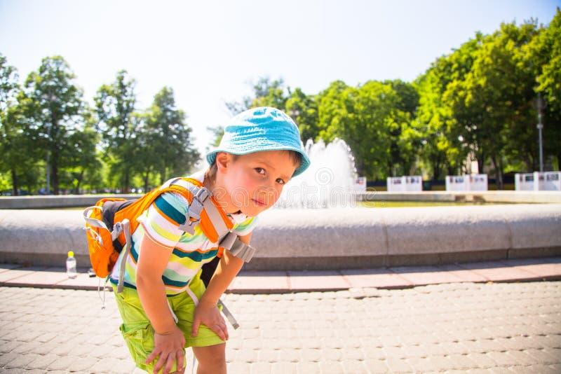 Het charmante jongen spelen in het park royalty-vrije stock afbeelding