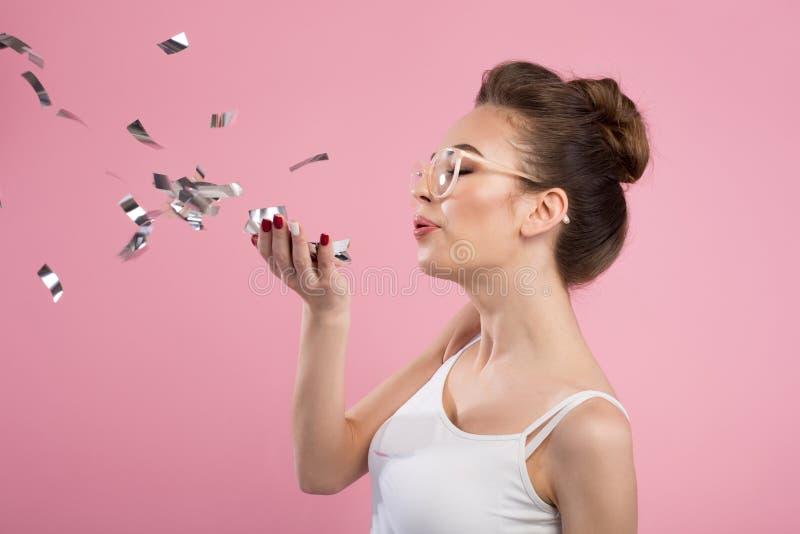 Het charmante meisje ademt bij confettien royalty-vrije stock foto's