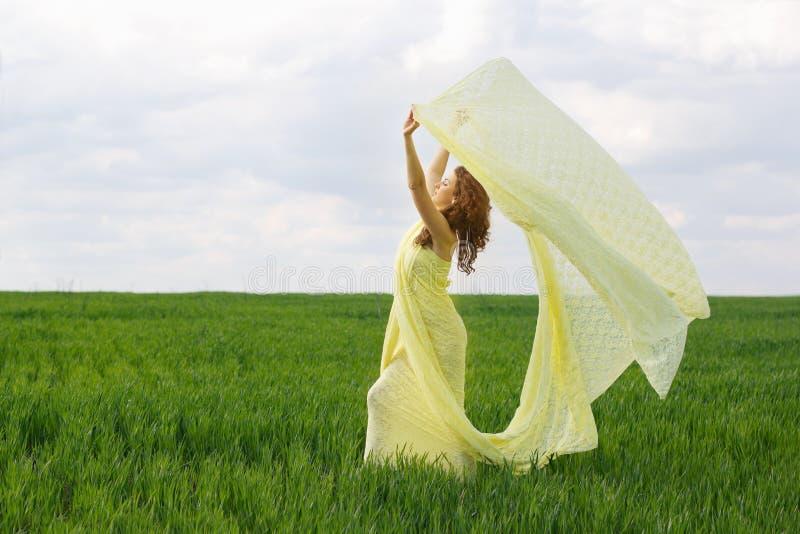 Het charmante meisje dansen royalty-vrije stock afbeeldingen