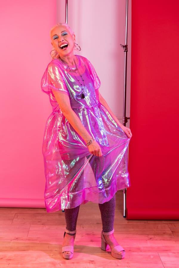 Het charmante moderne vrouwelijke persoon stellen op camera royalty-vrije stock afbeelding