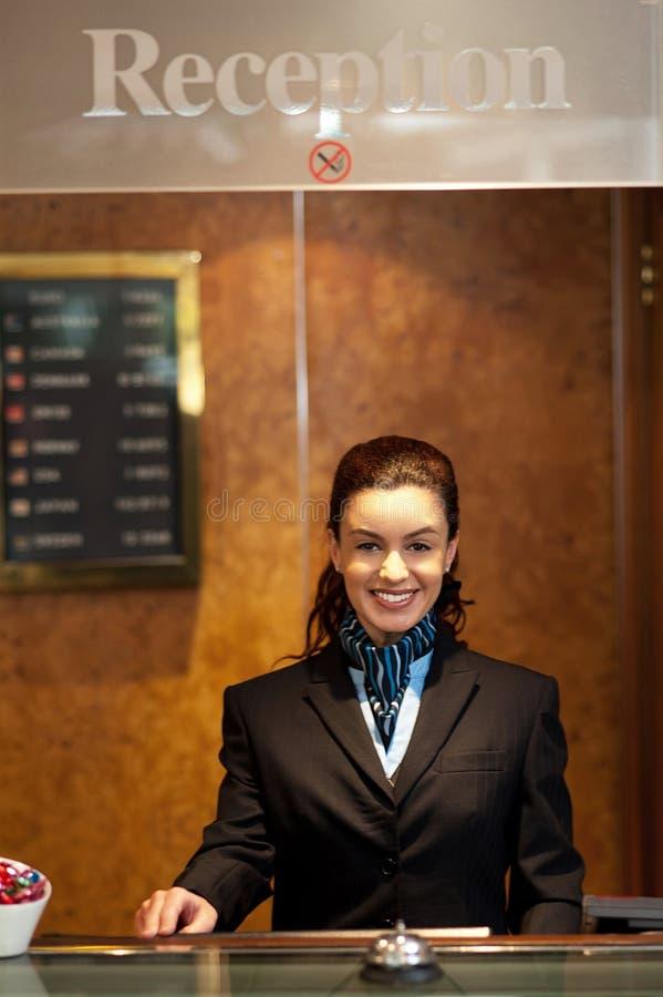 Het charmante mooie receptionnist stellen stock foto