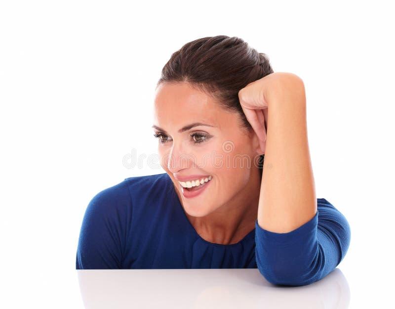 Het charmante Spaanse kijken aan haar recht en het glimlachen stock afbeeldingen