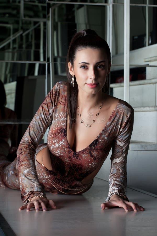 Het charmante vrouw stellen in modieuze kleding royalty-vrije stock afbeelding