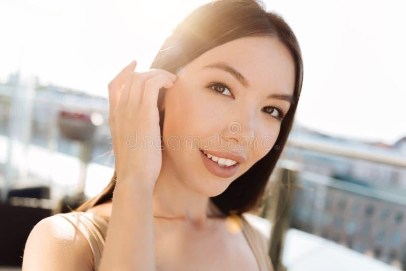 Het charmeren van aantrekkelijke vrouw die u bekijken royalty-vrije stock foto's