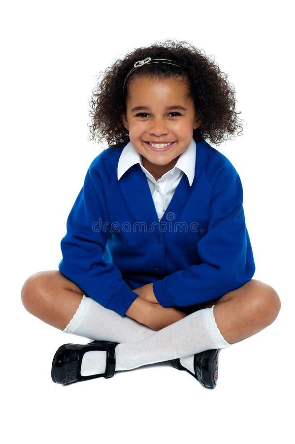 Het Charmeren Van Afrikaans Schoolmeisje Die Een Glimlach Opvlammen Royalty-vrije Stock Afbeelding