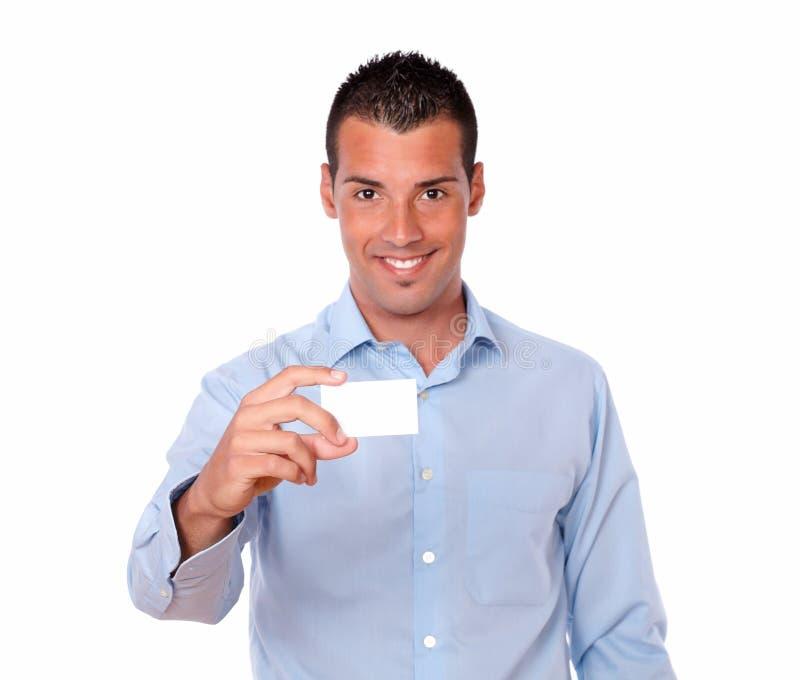 Het charmeren van de Latijnse mens die een leeg adreskaartje houden royalty-vrije stock foto's