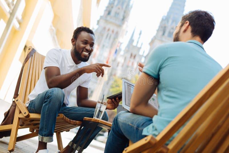 Het charmeren van hartstochtelijke vrienden die strategieën voor hun zaken bespreken stock afbeeldingen